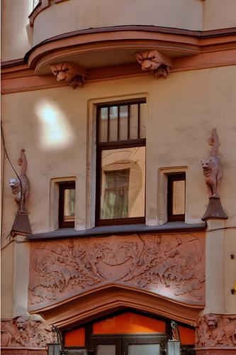 Коты на доме Алюшинского в Петербурге