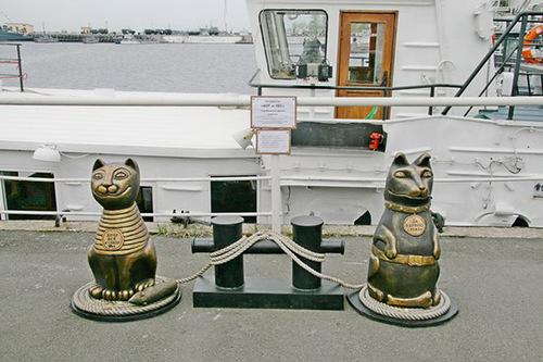Скульптура коту и псу в Питере